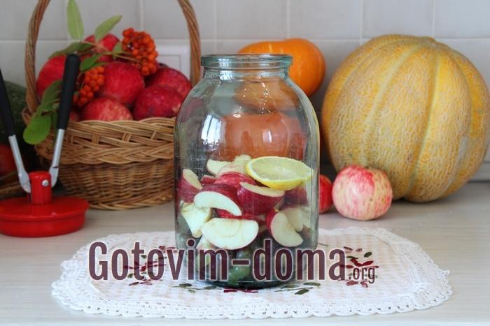В банке виноград, яблоки и лимон
