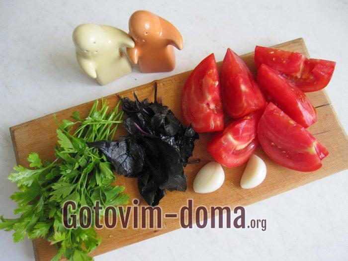 Зелень петрушки и базилика , помидоры и чеснок для салата с гречкой