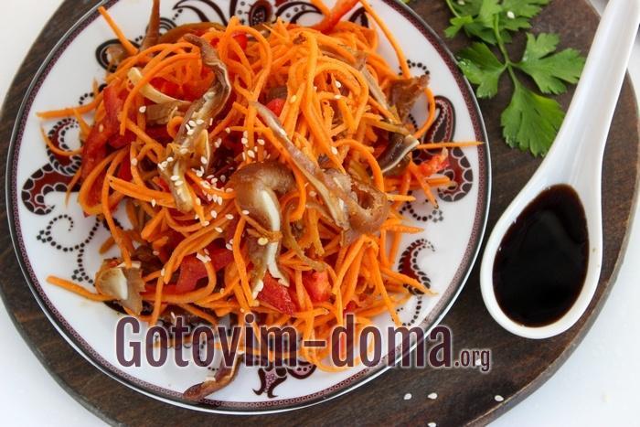 Салат со свиными ушами, морковью и болгарским перцем