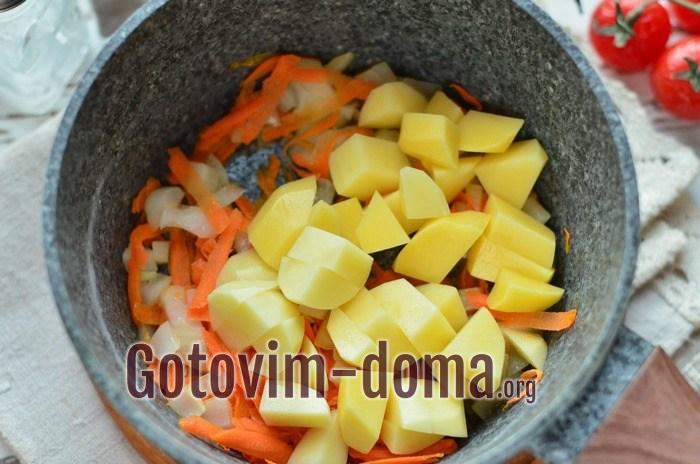 Картофель добавлен в обжарку к луку и моркови для ухи из судака
