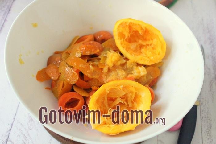 Абрикосы, цедра и мякоть апельсинов для летнего напитка
