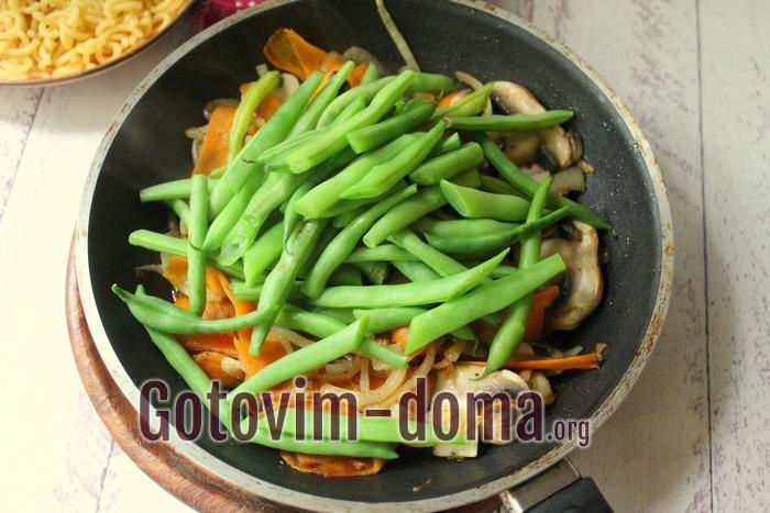 Овощи обжариваются на сковороде