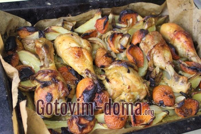 Куриные ножки с абрикосами и картофелем запекаются в духовке