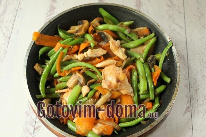 Семга добавлена к овощам в сковороду