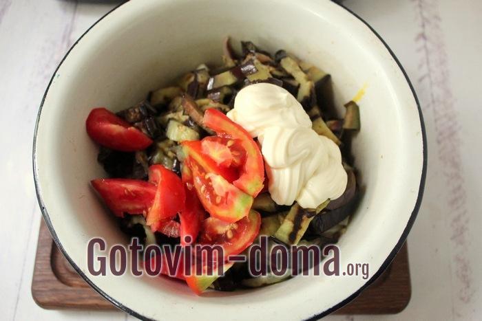 Помидоры с баклажанами, яйцами и кальмарами в салате