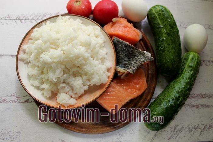 Продукты для салата из риса с овощами и сёмгой