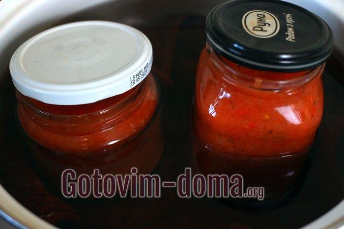 Банки с томатным соусом в кастрюле с водой
