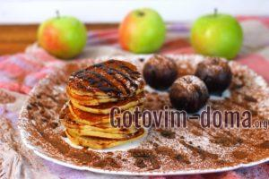 Оладьи на кислом молоке с яблоками и сливами, рецепт с фото