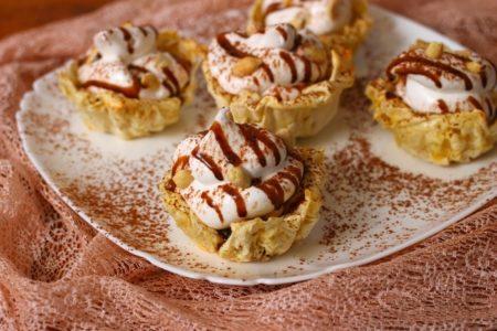 Корзинки с белковым кремом, джемом и арахисом, рецепт с фото