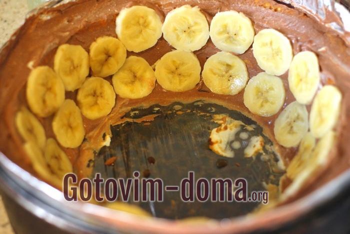 Банан колечками в торте без выпечки из печенья