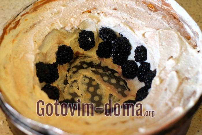 Ежевика в торте без выпечки из печенья с кремом