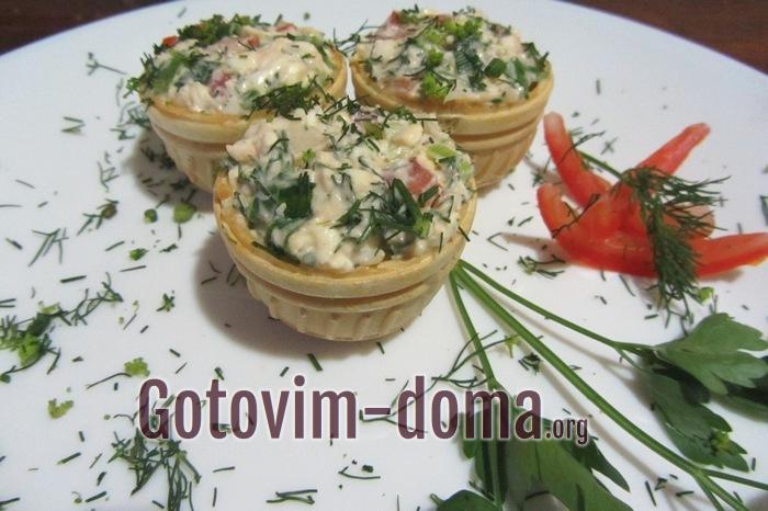 Тарталетки на стол с сыром плавленым и помидорами