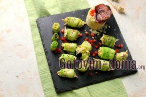 Рулетики из кабачков с начинкой из кальмаров, рецепт с фото