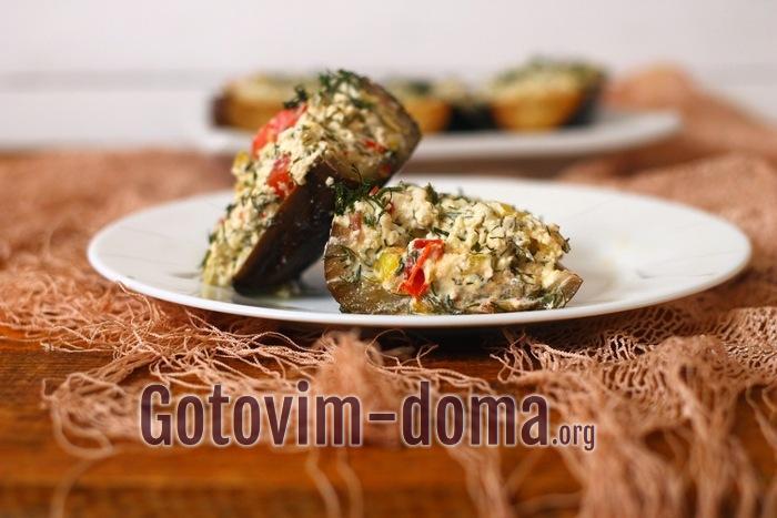 Баклажаны, фаршированные мягким сыром и овощами в разрезе