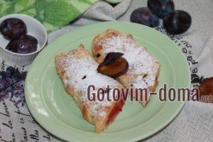 Пирог из слоеного теста со сливами, рецепт с фото