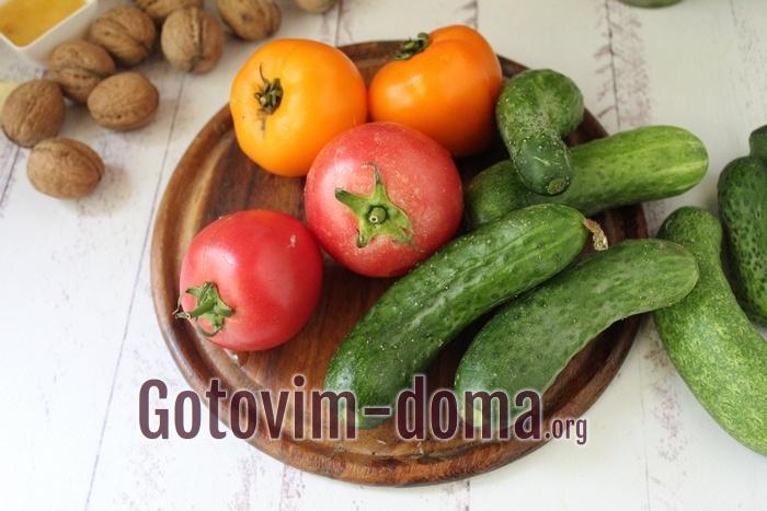 Огурцы и томаты для овощного салата