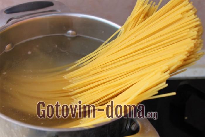 Спагетти в кастрюле варятся