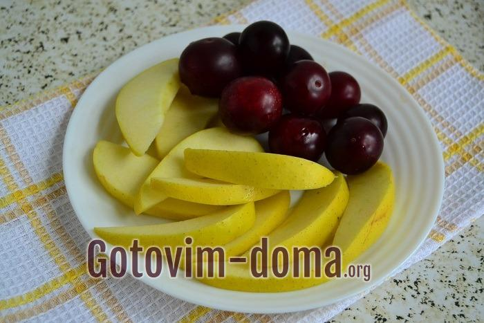 Алыча и яблоки для компота на тарелке