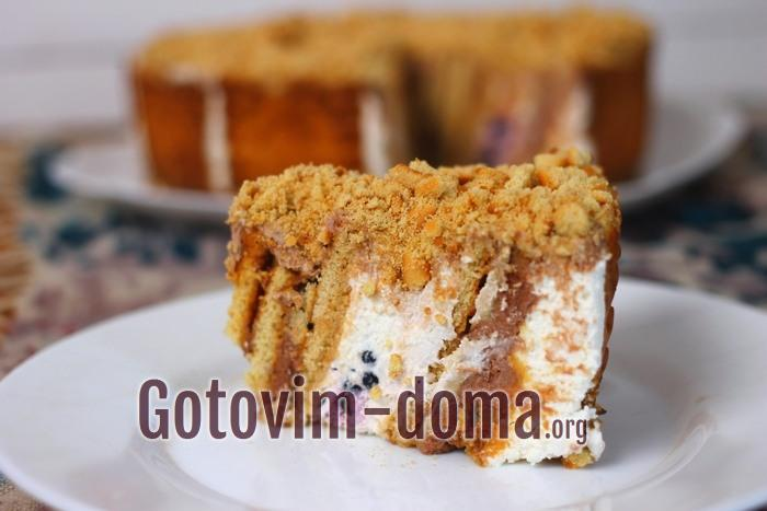 Чаепитие с кусочком торта без выпечки из печенья с кремом из творога и сметаны