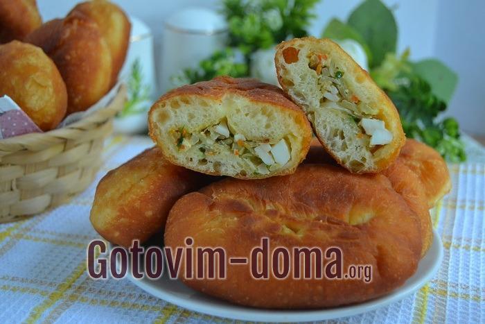 Пирожки с капустой и яйцом жареные, рецепт с фото