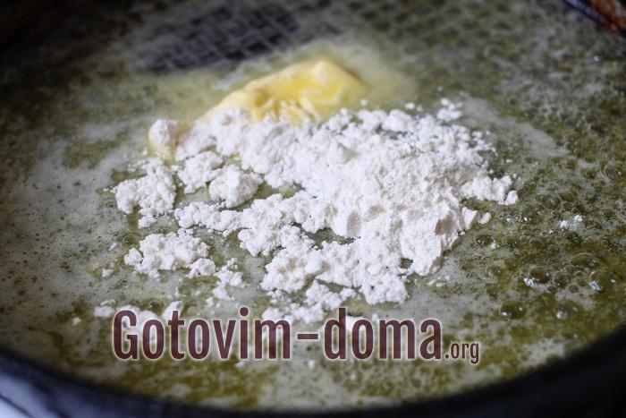 Мука пшеничная и масло на сковороде для соуса бешамель