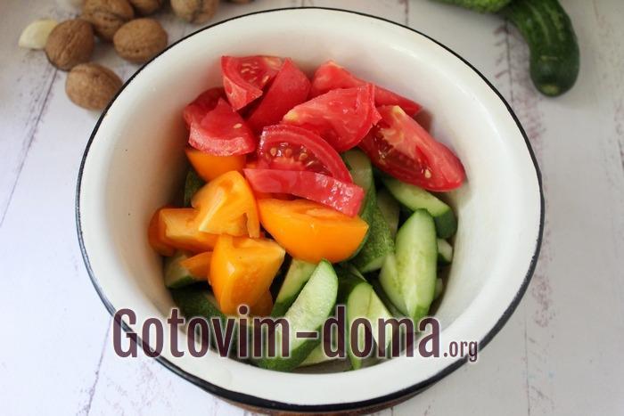 Томаты и огурцы в миске для салата