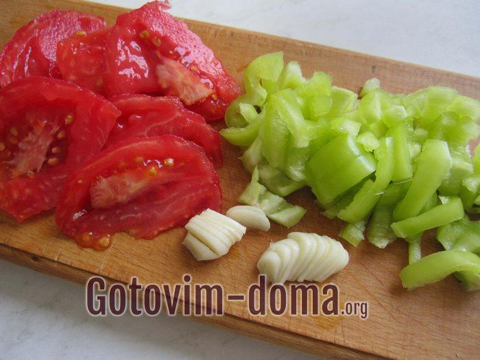 Перец, помидоры и чеснок порезаны для тушения