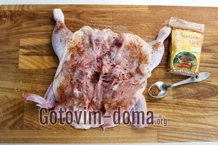 Цыпленок табака (тапака) натерт сванской солью