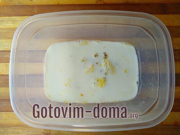 Молоко с яйцом для пирога с брусникой