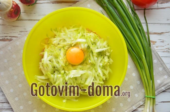 Свежее куриной яйцо добавлено в миску