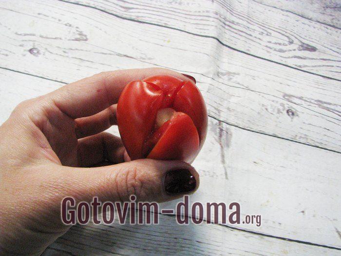 В каждый помидор положите зубчик чеснока