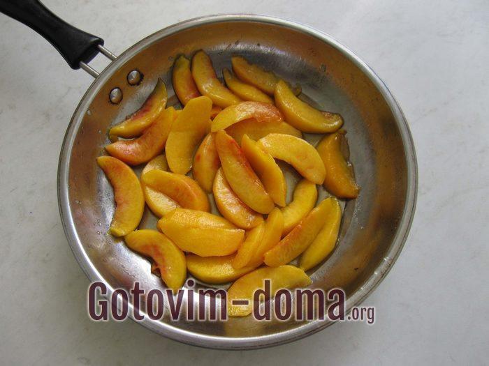 Персики на сковороде карамелизируются