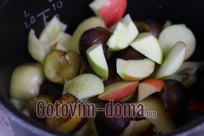 Яблоки, сливы, помидоры и перец для томатного соуса