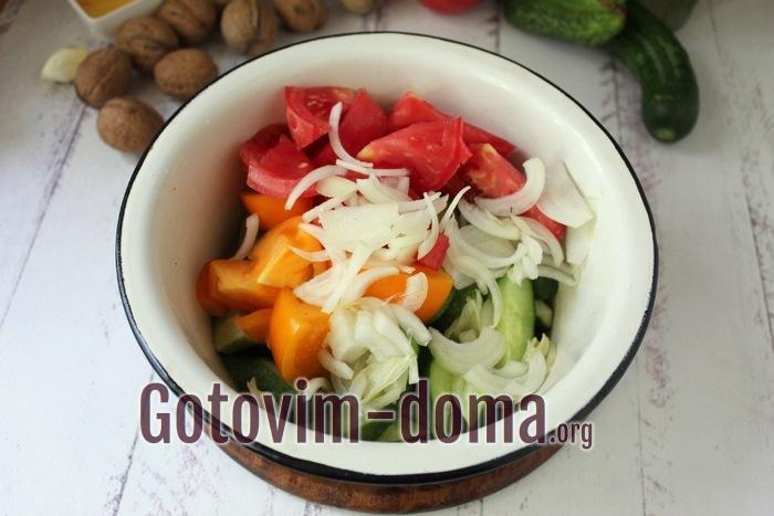 Лук, помидоры и огурцы в салатной миске