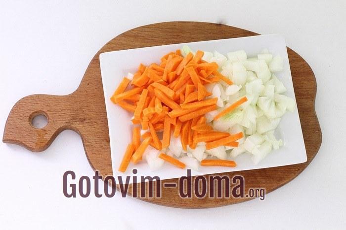 лук кубиками, морковь небольшими брусочками