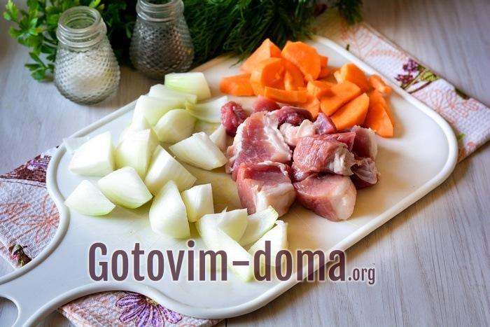 Для начинки нарезать средними кусочками мясо, лук и морковку
