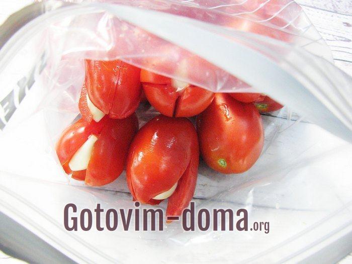 Все помидоры, начиненные чесноком, сложены в пакет для засолки