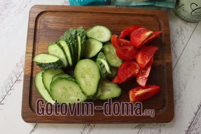 Огурцы нарежьте кружочками, а помидоры дольками