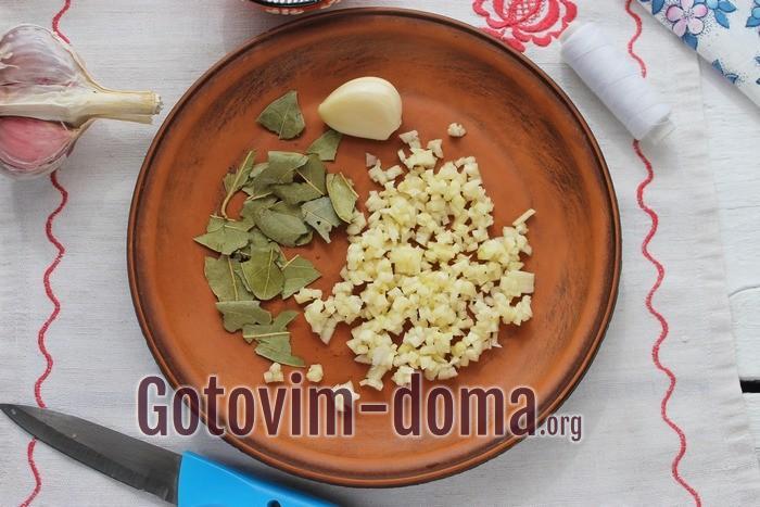 Зубчики чеснока и листья лавра для скумбрии