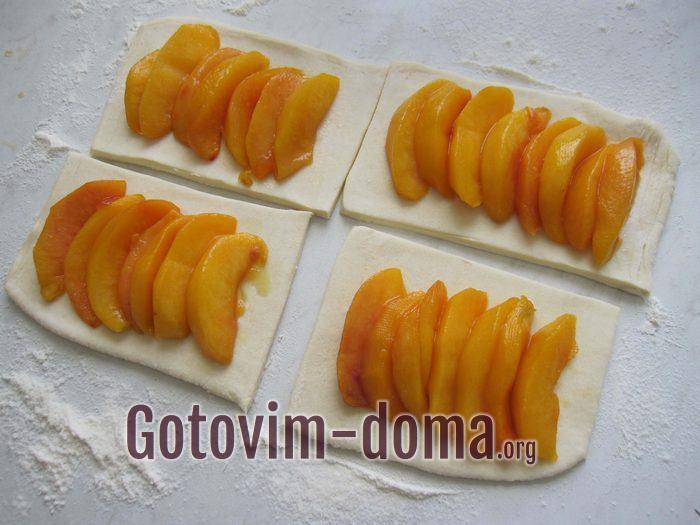 Карамелезированные персики разложить на прямоугольниках