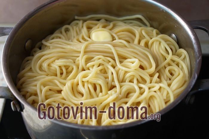 Спагетти с маслом в кастрюле