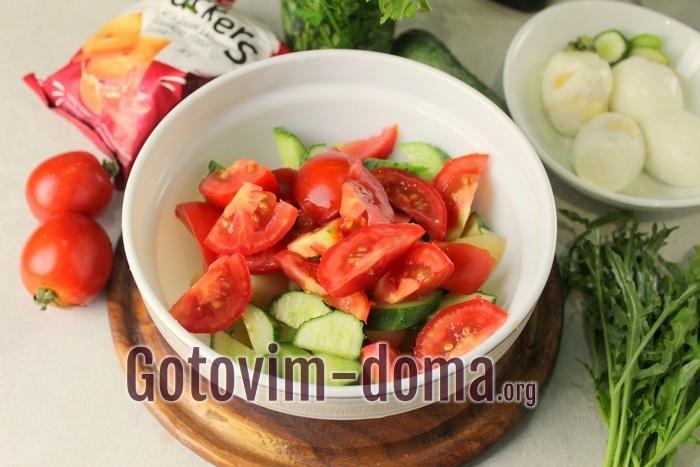 Помидоры дольками добавлены в салат