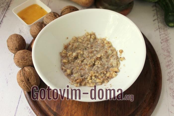 винный или яблочный уксус добавлен к ореховой заправке салата