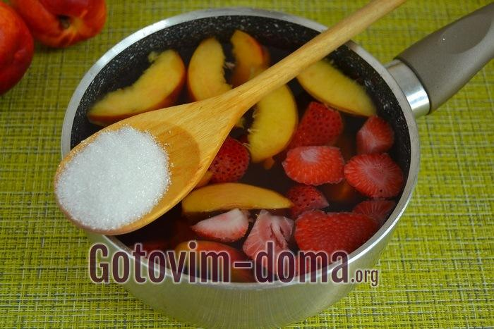 В сотейник выливаем ароматный настой вместе с фруктами