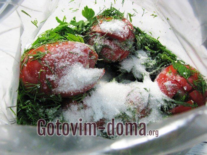 Нарезанную зелень и перец положите в пакет к помидорам