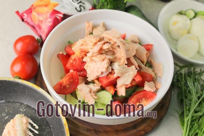 Остывшая семга добавлена в овощной салат