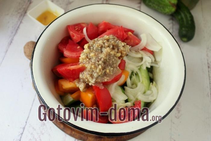 В салате ореховая заправка и оливковое масло