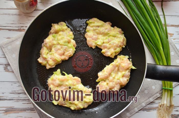 На сковороде котлеты из рубленого филе курицы и кабачка