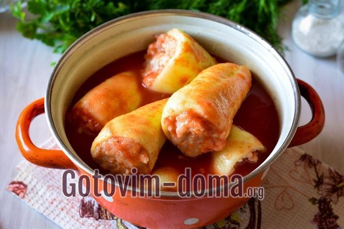 Залить фаршированный перец томатным соком или домашним соусом