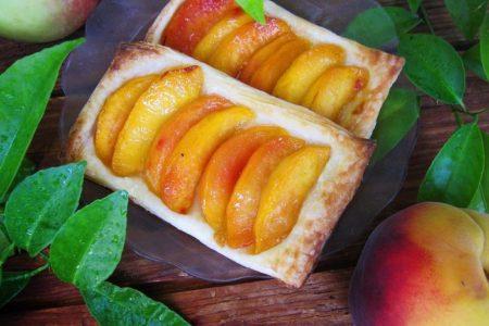 Слойки со свежими персиками из слоеного теста, рецепт с фото